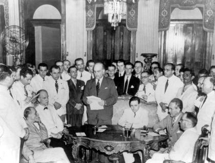 Firma del Protocolo de Río de Janeiro el 29 de enero de 1942 en el Palacio de Itamaraty, sede del Ministerio de Relaciones Exteriores del Brasil. Julio Tobar Donoso, sentado, el primero desde la derecha en traje blanco.