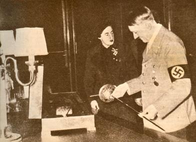 Pilar Primo de Rivera entrega como obsequio una espada toledana a Adolf Hitler en Berlín, durante su visita de 1938.